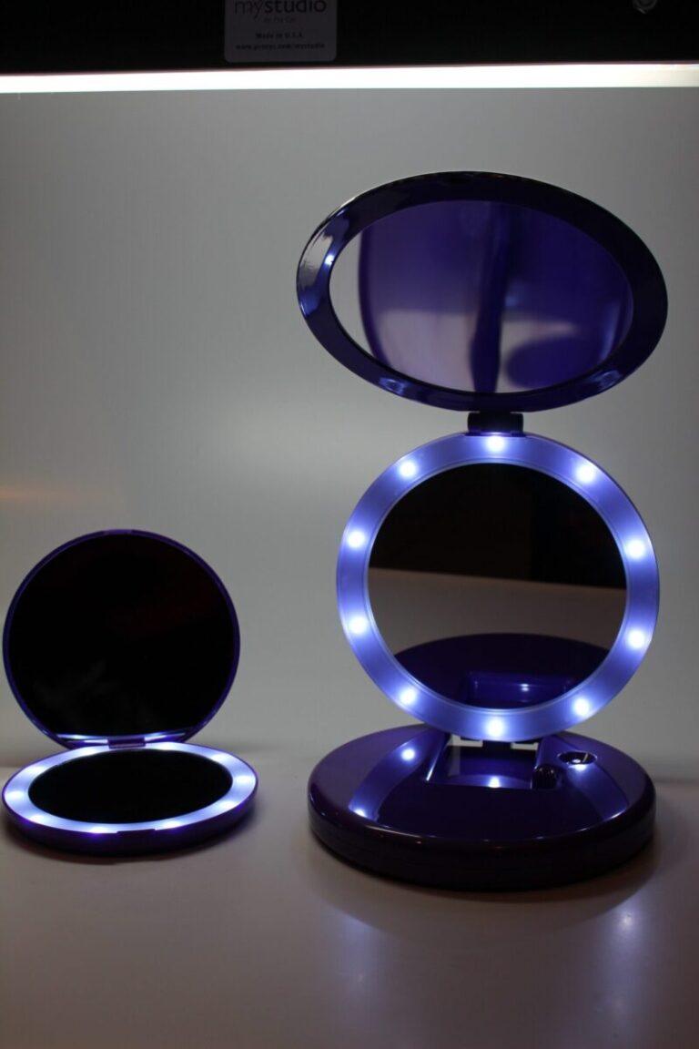 FlipNBeauty-two-foldingmirrors-LED-Lights