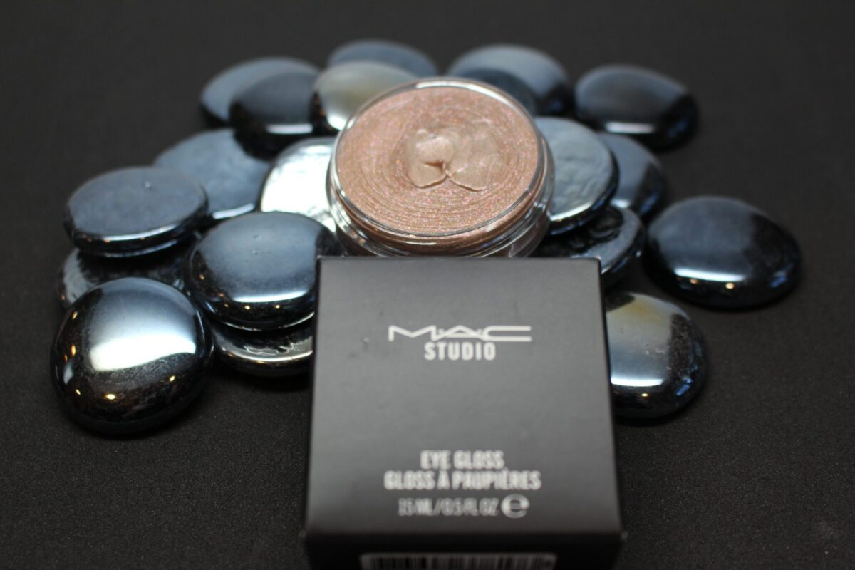 Mac Future Eyegloss in Lightly taupe