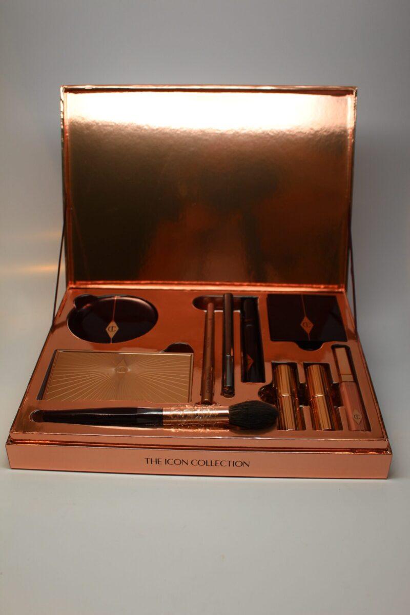 The Harrods Dolce Vita Box includes 2 lipsticks, lip gloss, an eye shadow palette quad, a lip pencil, a mascara, a felt-tipped eye liner pen, mascara, blush, highlighter/bronzer, and a face brush.