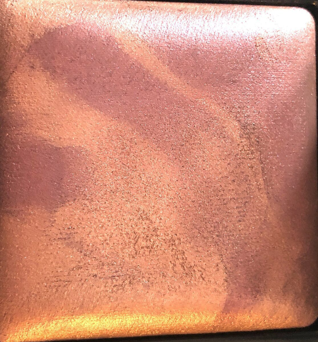 SEVERAL SHADES COME TOGETHER TO CREATE THE RISQUE HIGHLIGHTING POWDER