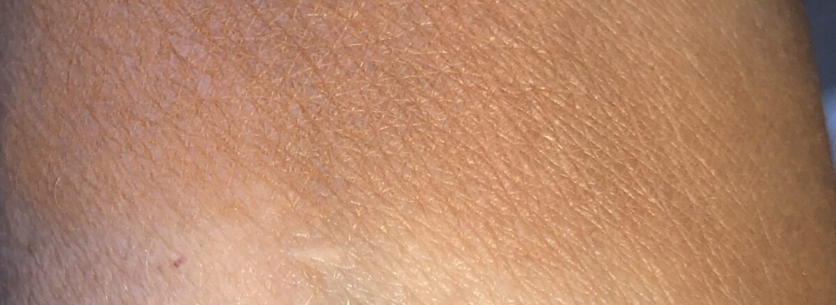 CHARLOTTE TILBURY AIRBRUSH BRONZER IN TAN SWATCHED