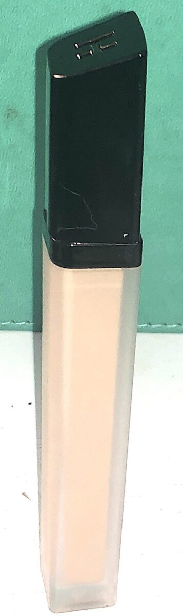 THE HOURGLASS VANISH AIRBRUSH CONCEALER TUBE NARROWS TOWARDS THE BOTTOM