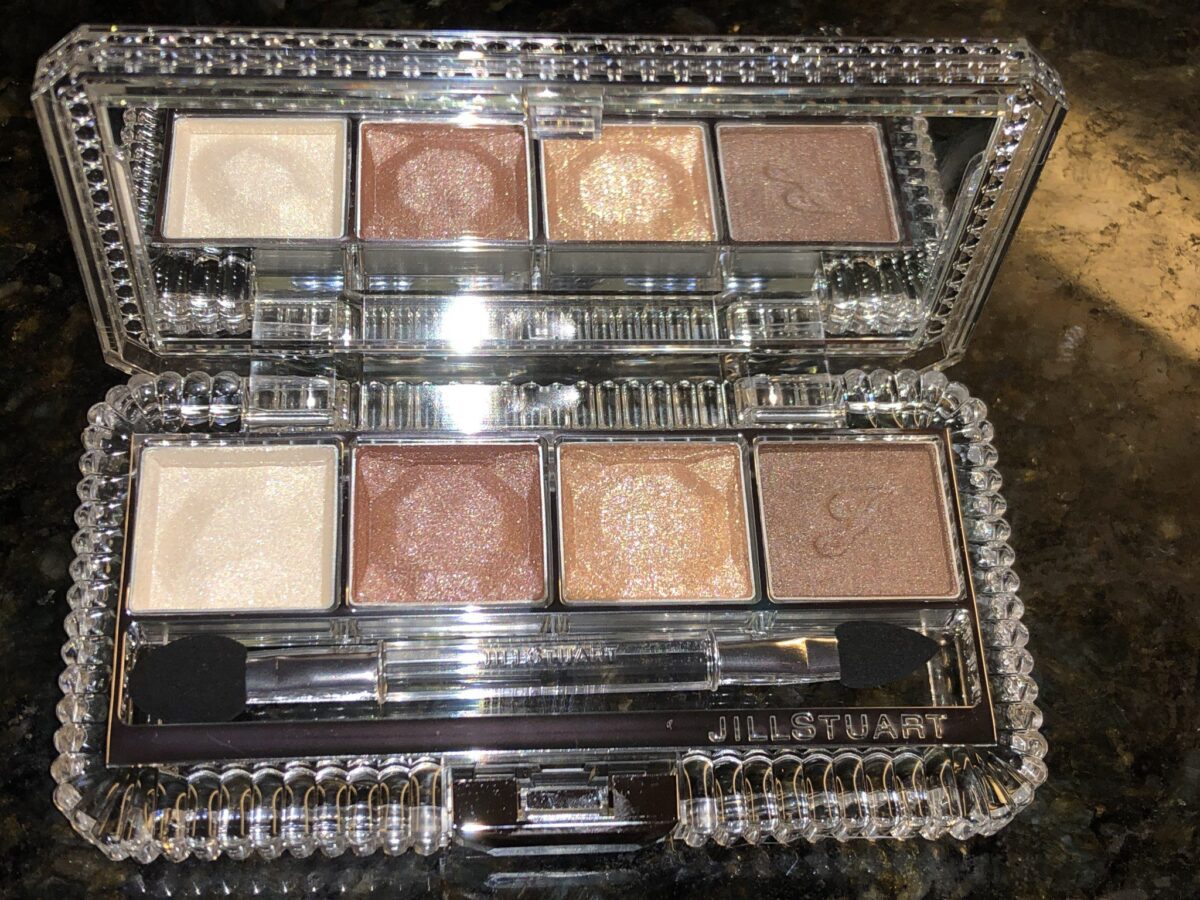 THREE SHADOWS ARE FACETED LIKE DIAMONDS, THE LAST SHADOW HAS A J IMPRINTED ON IT, AND THERE IS A BUTTON ON THE EDGE OF THE PALETTE, PUSH IT TO OPEN THE PALETTE