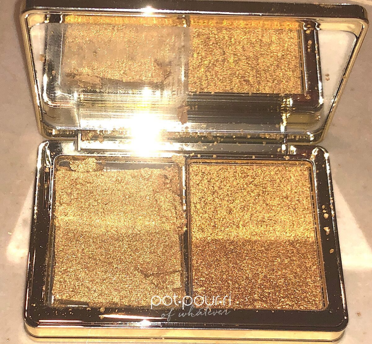 GLOW GOLD PALETTE HAS A LARGE MIRROR, THE DIAMOND POWDER CAME BROKEN