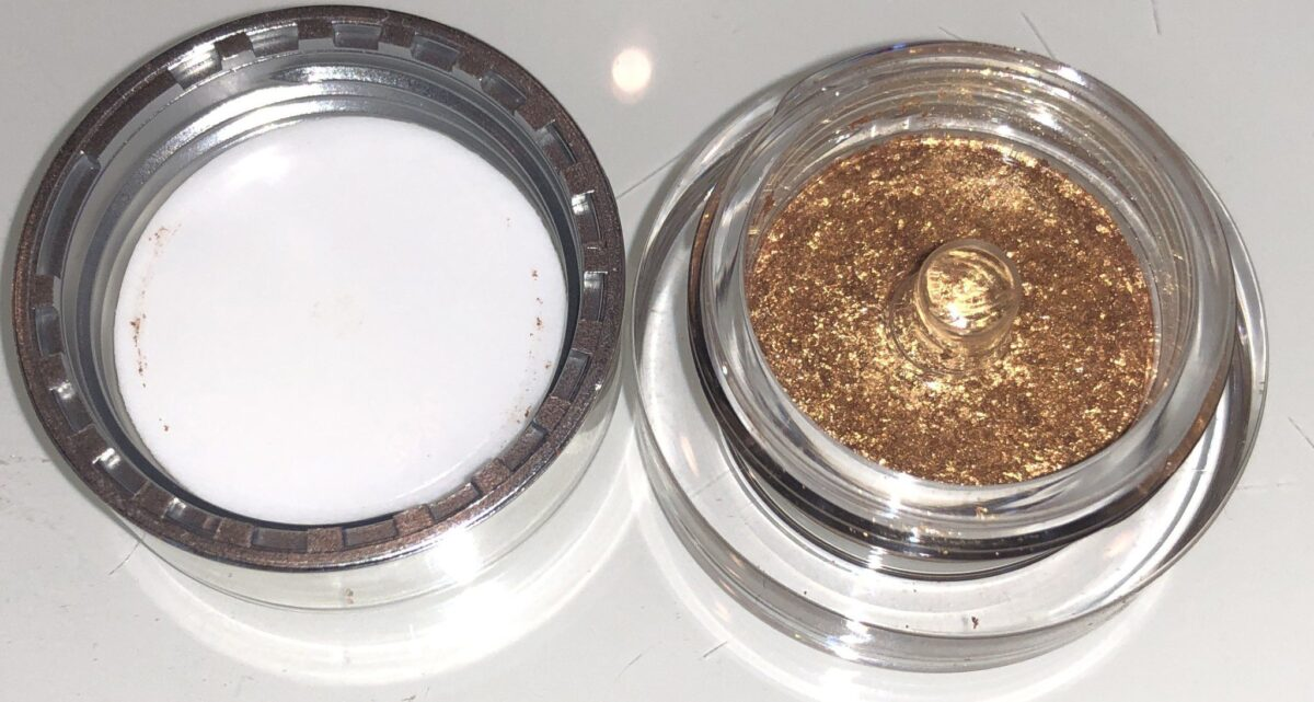 THE CLEAR DISC SITS ON TOP OF THE SCATTERED LIGHT GLITTER EYESHADOWS