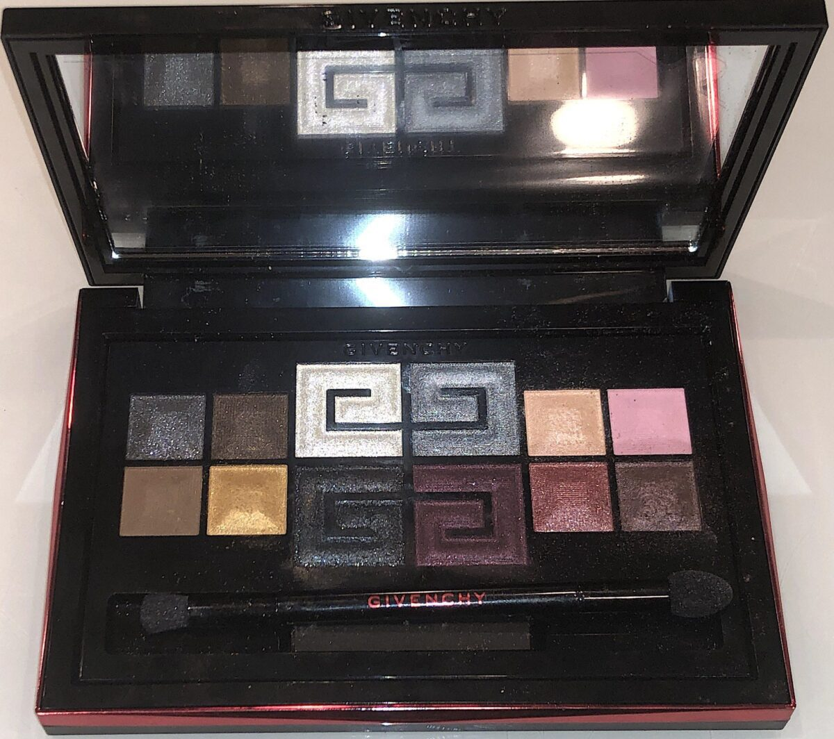 THE PALETTE HAS A LARGE MIRROR AND A DOUBLE ENDED EYESHADOW BRUSH