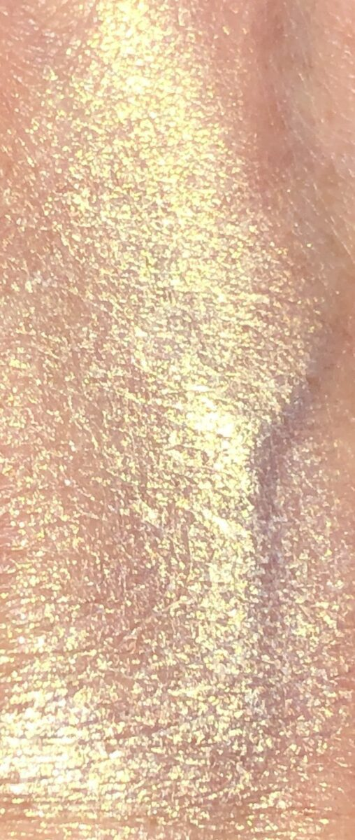SWATCH OF THE PALE GOLD 002 CHROMALUXE HI LITE CREAM