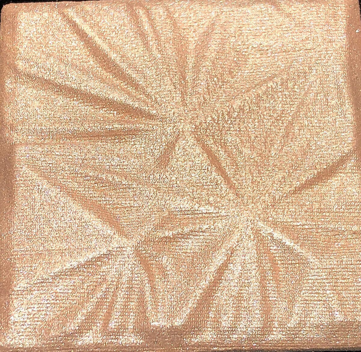 THE BOBBI BROWN LUXE ILLUMINATING HIGHLIGHTER IN THE SHADE GOLDEN HOUR