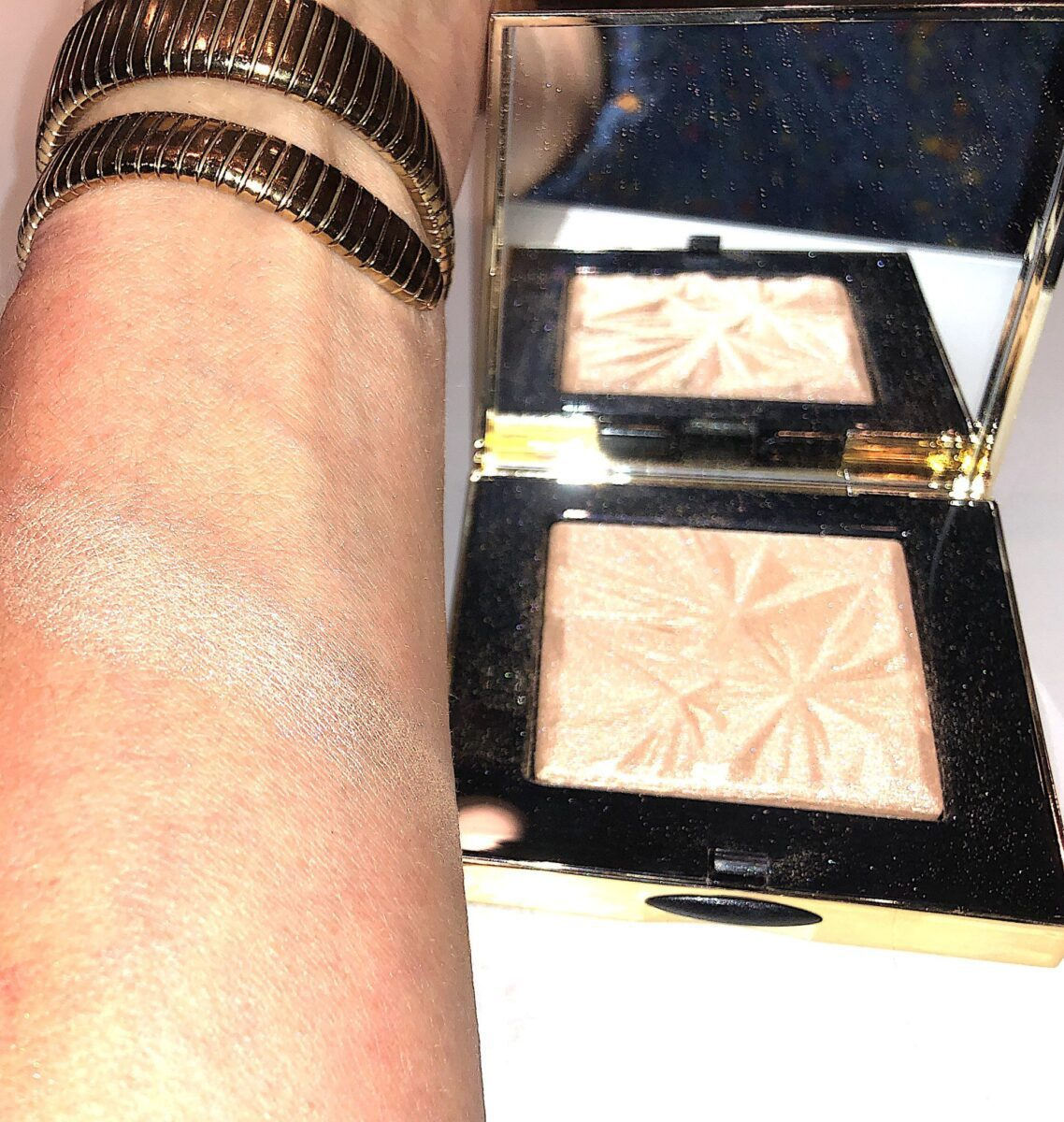 SWATCH OF THE BOBBI BROWN ILLUMINATING HIGHLIGHTER IN THE SHADE GOLDEN HOUR
