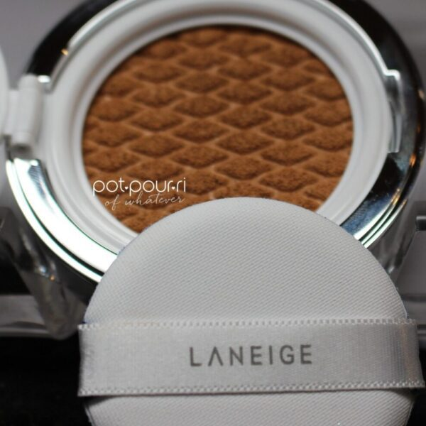 Laneige-sponge-holder-on-fingers