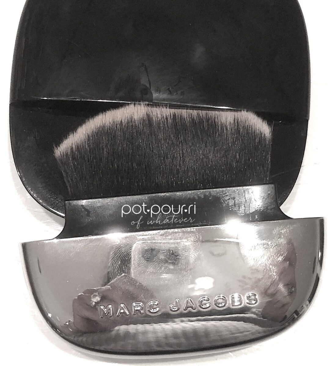 MARC JACOBS ACCOMPLICE COMPACT BRUSH SLIDES OUT OUTER POCKET