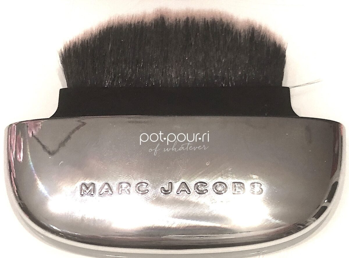 MARC JACOBS ACCOMPLICE BRUSH FOR POWDER COMPACT