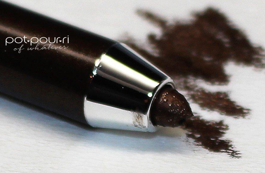Marc-Jacobs-turn-pencil-til-sharpened-on-kleenex