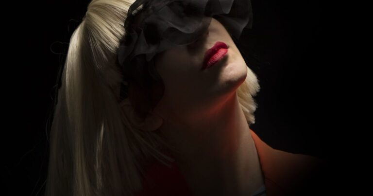 SIA-HALF-FACE-RED-LIPS