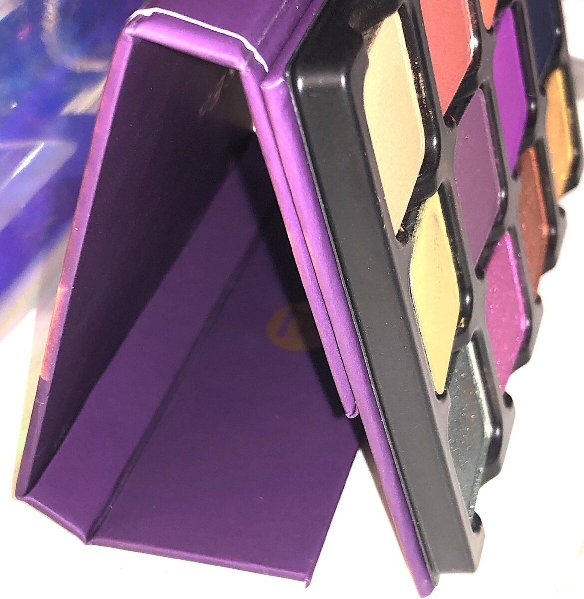 THE VISEART DARK EDIT EYESHADOW PALETTE CONVERTS INTO AN EASEL