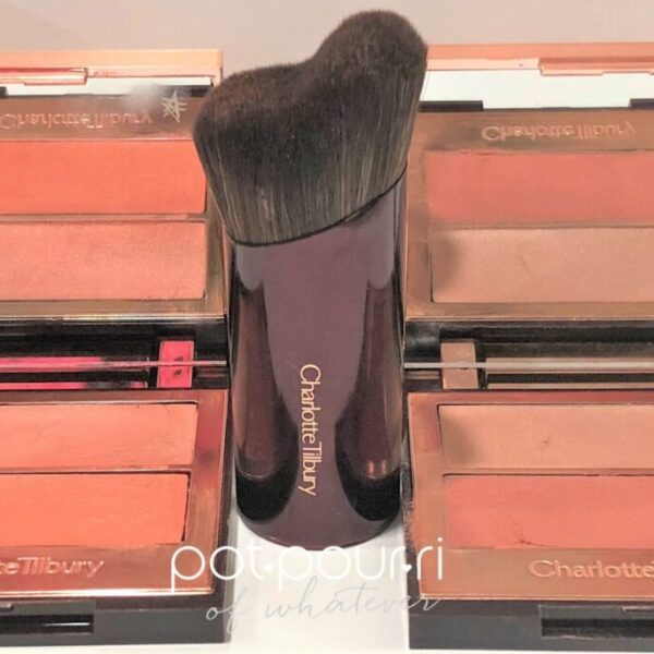charlotte-TILBURY-YOUTH-GLOW-FILTER-CHEEK-HUG-BRUSH