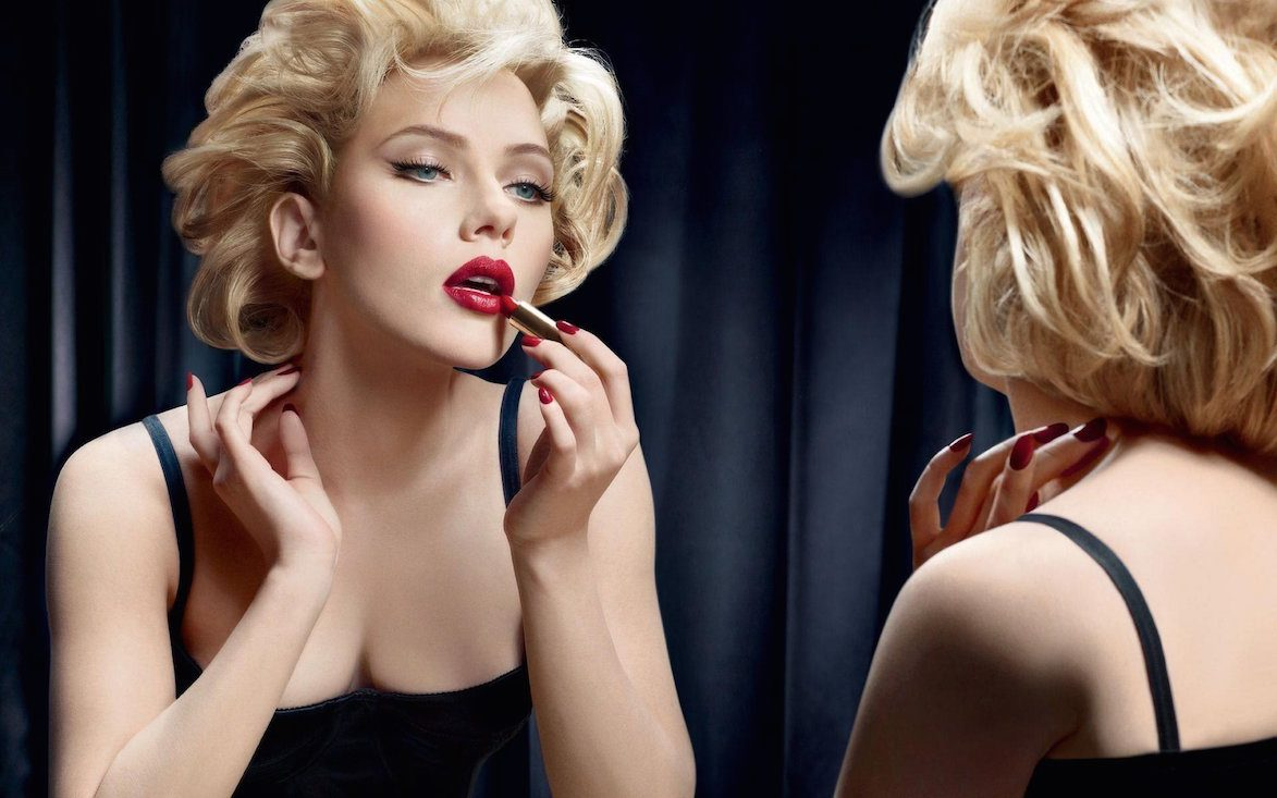 Actress Scarlett Johansson-applying-lipstick